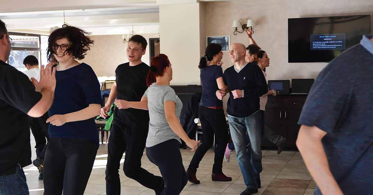 imagine danseaza cu echipa la team building cu yes academy 1200x628